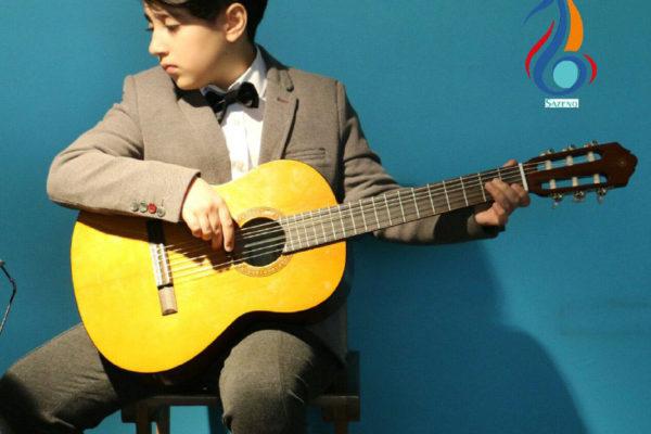 بهترین آموزشگاه موسیقی در کرج-اجرای هنرجوی گیتار
