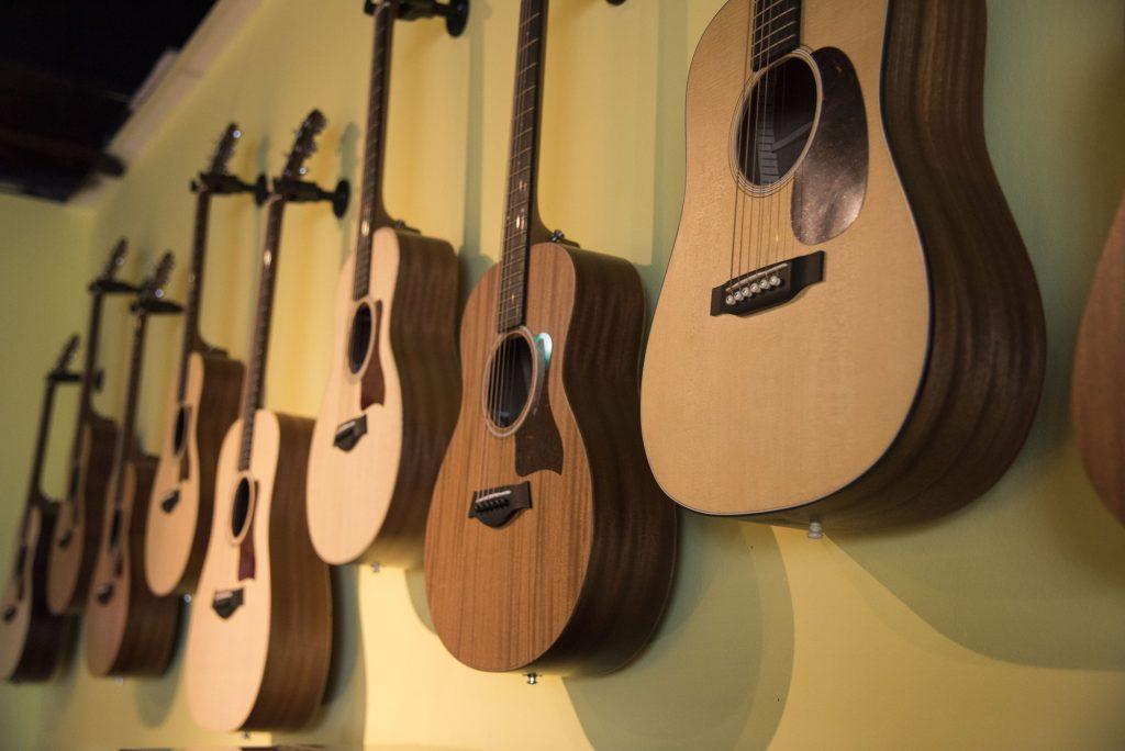 [تصویر:  Guitar-Showroom-2-min-1024x684.jpg]