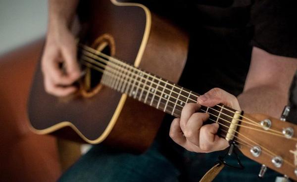 آشنایی با فواید نواختن گیتار و معرفی آن